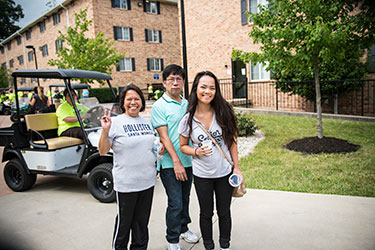 photo of a student and parents on move in day