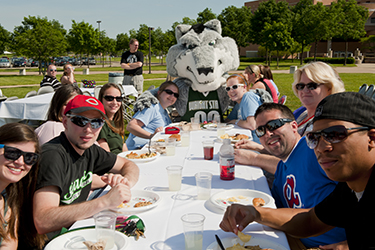 photo of students at a picnic on campus