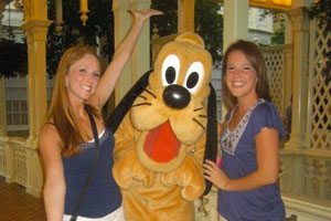 photo of students and goofy at disney world