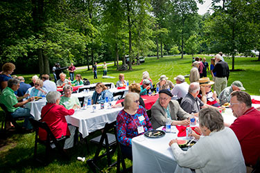 photo of retirees, faculty, and staff at picnic